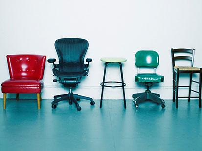 na zdjeciu jest 5 róznych krzeseł