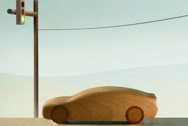 na zdjęciu jest drewaniany samochód stojący na światłach