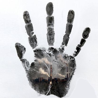 na zdjęciu jest odcisk dłoni w montowanym z nie zdjęcia zadymionego miasta