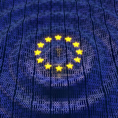 na zdjeciu flaga UE wypełniona tekstem binarnym