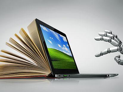 na zdjęciu widać dłoń robota i otwartą książkę zmieniającą sie w otwarty laptop
