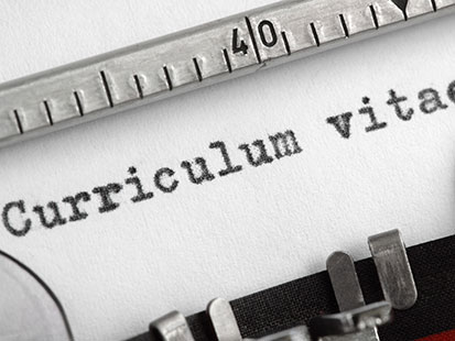 na zdjęicu jest fragment maszyny do pisania i tekst curriculum vitae