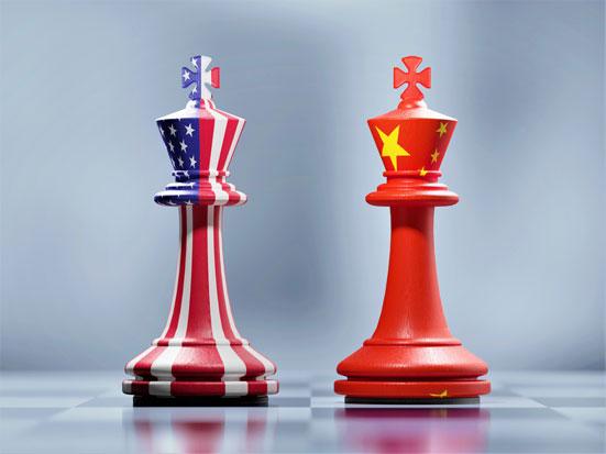 na zdjęciu widać dwa piony szachowe, z czego jeden pomalowany jest we flagę USA a drugi we flagę Chin