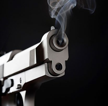 na zdjęciu jest pistolet, z którego unosi sie dymek