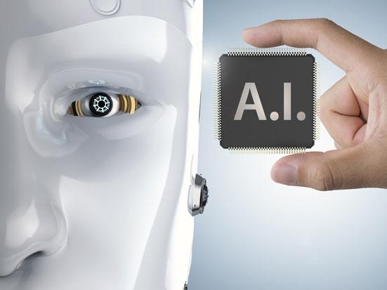 zdjęcie przedstawia pół głowy robota i dłoń trzyającą procesor z nadrukiem AI