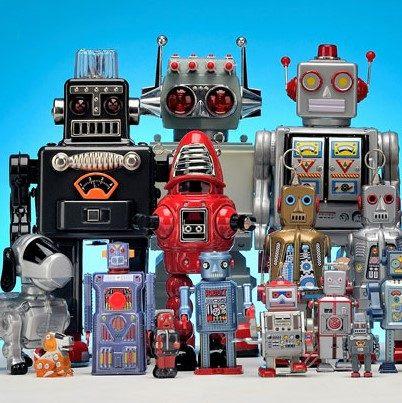 na zdjęciu stoją proste roboty różnej wielkości