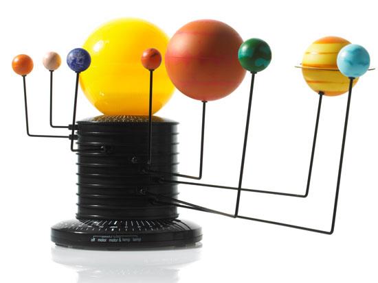 zdjęcie przedstawia stojak a na nim planety - imitacja układu słonecznego