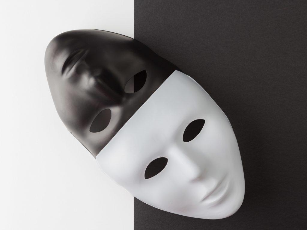 na zdjęciu są dwie maski - czarna i biała