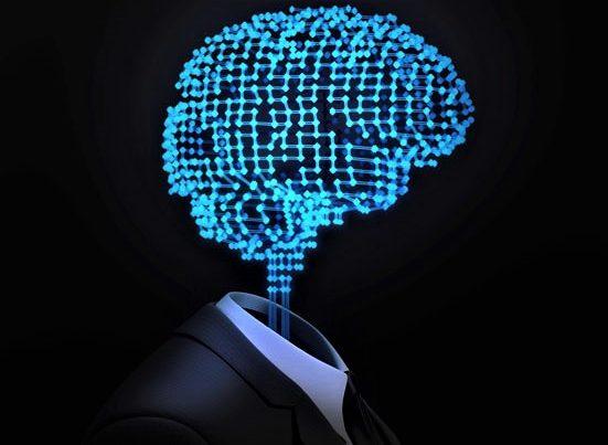 na zdjeciu jest popiersie meżczyzny w garniturze, stojącego bokiem, który zamiast głowy ma hologram w kształcie mózgu