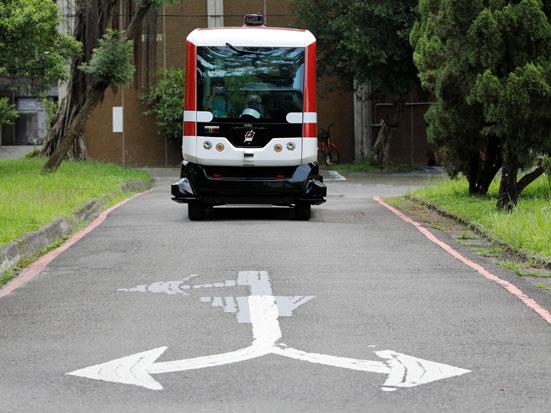na zdjeciu jest bus autonomuczny zbliżajaćy sie do skrzyżowania