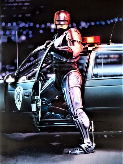 kadr z filmu Robocop, gdzie Robocop wysiada z samochodu policyjnego
