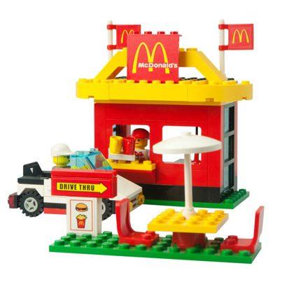 na zdjeciu jest zrobiony punkt McDonalds zrobiony z klockow lego