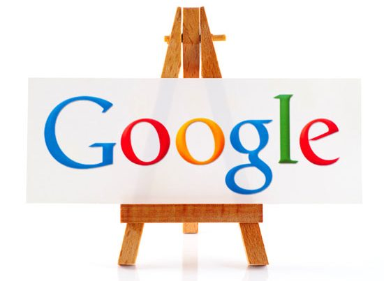 na zdjęciu jest biała tablica z napisem Google stojaca na sztalugach