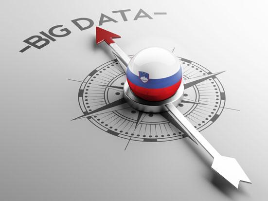 na zdjeciu jest tarcza kompasu, na której stoi kula pomalowana w słoweńską flagę, igła magnetyczna kompasu wskazuje napis BIG DATA