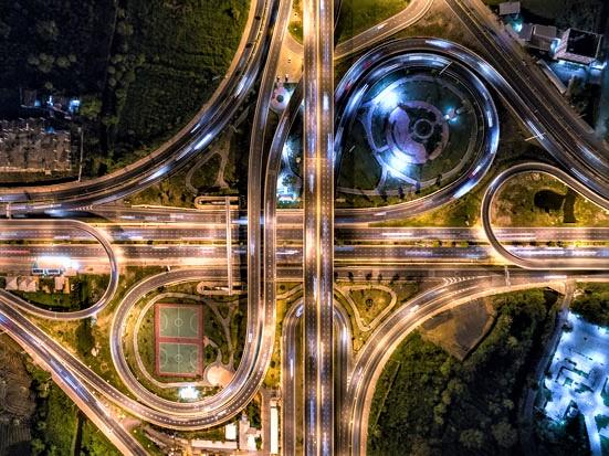 na zdjęciu widać skrzyżowanie dróg w kształcie nieskończoności, nocą i z lotu ptaka