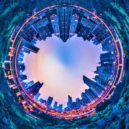 za zdjęciu panorama wieżowców Shanghaju o zachodzi słóńca, jakby odbyta w kuli