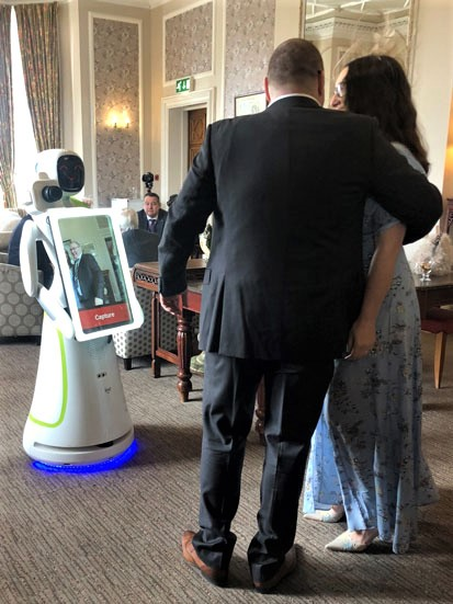 na zdjęciu robot Ewa fotografuje parę podczas ślubu