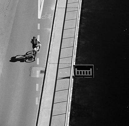 na zdjęciu jest widok z góry na jadaćego rowerzystę