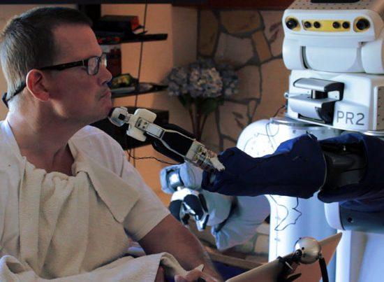 na zdjęciu robot goli sparaliżowanego meżczyznę