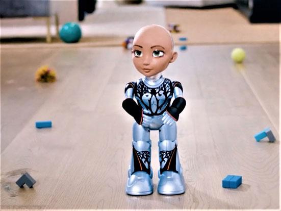 na zdjęciu jest robot mała Sophie w-stoi na podłodze i patrzy w lewo