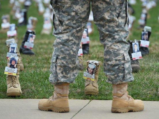 na zdjęciu są nogi zołnierza i buty z zołnierzy poległych w walce