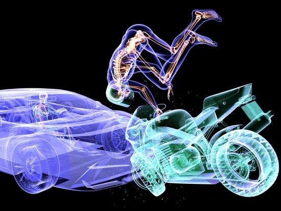 Zdjęcie pokazuje zderzenie motoru z samochodem, meżczyzna z motoru fikołkuje w powietrzu i leci wprost na mężczyzne siedzącego w samochodzie
