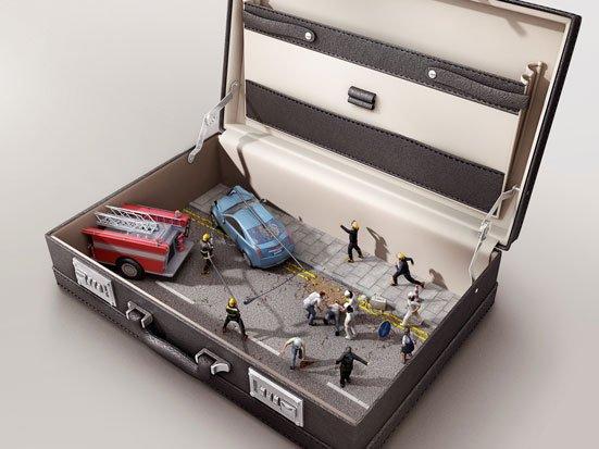 na zdjęciu jest otwartwa walizka a w niej scenska w wypadkiem samochodowym