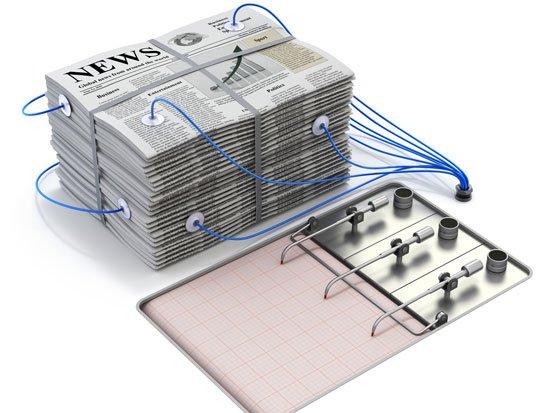 stos gazet podłączony do wykrywacza kłamstw