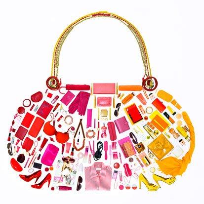 na zdjeciu jest torebka zrobiona z różnych kosmetyków