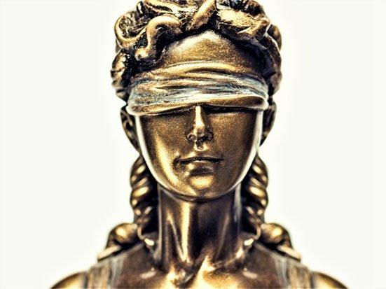 głowa rzeźby Temidy
