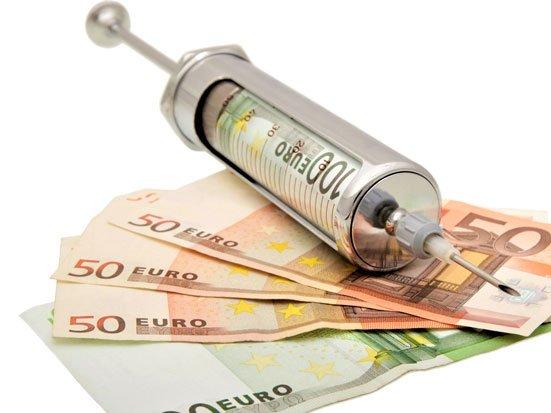 strzykawka i banknoty euro