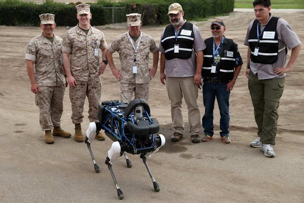 Żołnierze oglądają autonomicznego robota produkcji Boston Dynamics