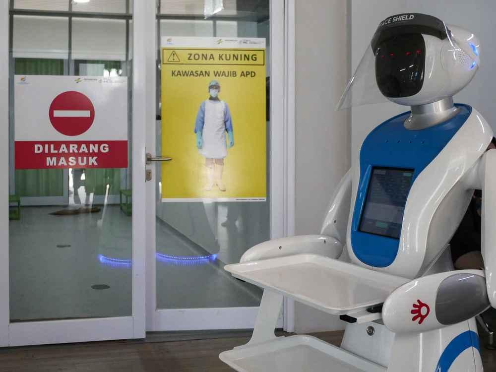 Robot niosący pustą tacę wszpitalu wDżakarcie